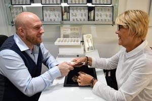Unser Juwelier kauft in unserem Unternehmen persönlich ein