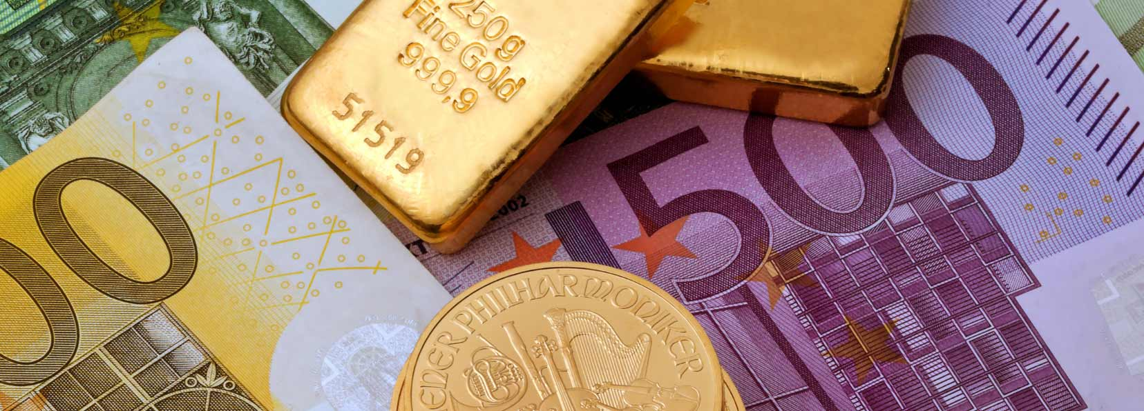 Goldmünzen, Goldbarren und Geldscheine